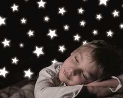 Stjerner i skråtaket over sengen kan være en idé. Så kan barnet flytte rundt på klistremerkene.