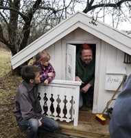 Nils-Henrik Henningstad snekret sammen et lekehus til lillesøsteren Hannah. Da prisen ble delt ut kom Asgeir på besøk!