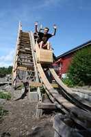 Filip og Kristian ønsket litt spenning i hverdagen, og lagde dermed en berg og dalbane i tre.