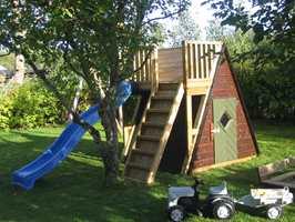 Utgangspunktet her var et standard lekeapparat, som ble til en lekehytte med klatrestativ, bred trapp, sklie og husker samt mulighet for en klatrevegg på hyttas bakside.