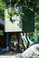En skikkelig trehytte, 1,5 meter over bakken.