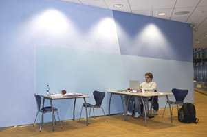 Trådløs nettilgang gjør at studentene kan jobbe fra nær sagt hvilket som helst sted i bygget.