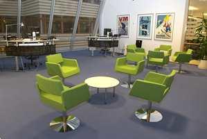 Fargeholdningen skal inspirere til refleksjon og nytenkning, heter det. Den spesielle grønnfargen går igjen flere steder, både i møbler og tepper.