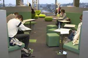 Biblioteket er på ca. 6.500 kvm. Arealet veksler mellom volumiøse bokskap og studieplasser.