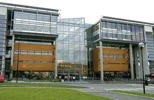 Bygget er formet som fire kvartaler bundet sammen med et glassoverbygget atrium i form av et veikryss.