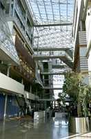 Det glassoverbygde atriet fungerer både som gate, myldrehall og torv med gallerier og spisesteder.