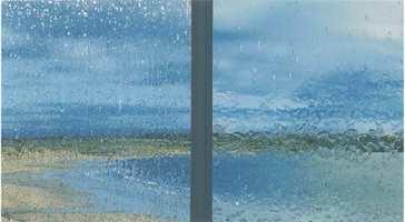 Til venstre et vanlig vindu, mens vinduet til høyre er selvvaskende. Begge får vann på seg.