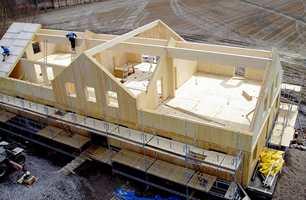 Bolig i massivt tre, laget av byggefirmaet Holz100 Norge. Elementene produseres i fabrikken på Braskereidfoss og monteres på byggeplassen.