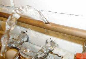 Store skader: Frost kan føre til sprukne vannrør. Etter slike lekkasjer blir skadene enorme. (Foto: Byggforsk)