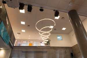Dekoren er inspirert av elementer fra undervisningen. Den storslåtte lysekronen er satt sammen av en mengde bergkrystaller.