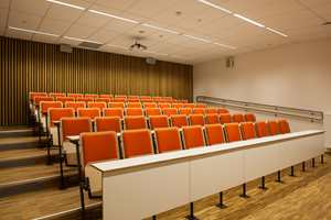I 1. etasje er det også gjort plass til romslig auditorium til forelesninger og møter.