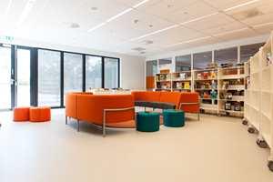Bjørnsletta skole har lyse, åpne interiører som i stor grad går i hvis og grått. Desto bedre inntrykk får du av ulike fargeinnslag.
