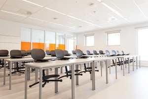 Klasserommene er stilfullt og effektivt innredet, med rikelig innslag av dagslys.