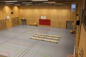 Gymsalen, eller idrettshallen har dimensjoner som også gjør den ettertraktet for lokale idrettslag.
