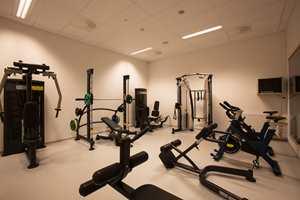 I styrkerommet finner du utstyr på høyde med det som tilbys i profesjonelle treningssentre.