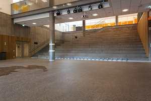 Det imponerende inngangspartiet kan anvendes som en storslagen møteplass, med amfi og alle tenkelige tekniske løsninger. Herfra er det gjennomgang til alle de tre byggene. Dette fungerer nærmest som et torg, og er åpent opp i andre etasje i den midterste blokka.