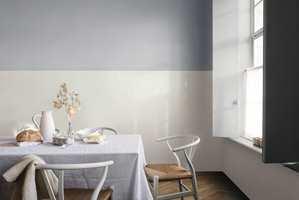 Brede horisontale striper gjør at rommet føles større.