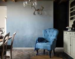 Den nye blåfargen «Denim Drift» har en naturlig beroligende effekt, og ulike egenskaper avhengig av hvilken farge den kombineres med. Derfor kan den skape ulike stemninger i hjemmet.