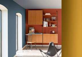 Sone-inndelingen skaper en avskjermet arbeidsplass i hjemmet. Veggen er malt i en kontrastfarge som skaper fokus og gir en elegant innramming til et skrivebord og er ideelt for små rom.