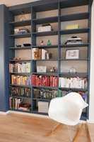 <b>STRAM RAMME:</b> Blåfargen (S 6020-R90B) omrammer bøker og gjenstander, som fremheves i større grad nå. Den hvite bakveggen er beholdt, og gir hyllen et luftig preg, samtidig som den er en referanse til tapetet. På bokhyllen, som er utsatt for riper og merker hver gang noe flyttes, er det brukt gulvmaling, som gir en robust og slitesterk overflate. Gulvet, som tidligere var mørkt og gult, er lysnet og lakkert med matt lakk.