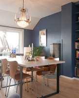 <b>FALT TIL RO:</b> Sammenlignet med før, er dette en veldig mye roligere versjon av rommet. Farger spiller hverandre gode, og veggene fremhever ikke minst bord, stoler og gulv, hvis farger kommer mer til sin rett nå.