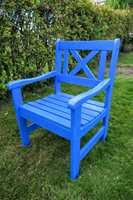 <b>FRISK</b> Knallblå og full av energi er den blå stolen et friskt innslag i hagen. Får den være alene om fargen kommer den mer til sin rett. (Foto: Robert Walmann/ifi.no)