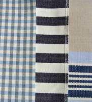 Varme blåfarger har litt rødt i seg.  De kan være flott på en malt eller tapetsert fondvegg, gjerne i kombinasjon med en eggehvit farge på de andre veggene. Mønstrede gardiner, tepper, duker m.m. i blå ruter eller striper er klassisk og friskt tilbehør. Å trekke om et par stoler i samme stoff kan også være flott.