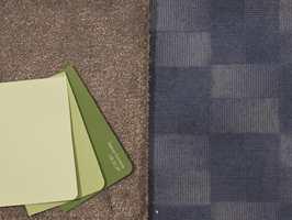 <b>NABOFARGER:</b> Grønt, som er nabofarge til blått, er et kledelig følge. Med mer kulørsterke farger og større kontraster får du et mer livlig uttrykk. (Foto: Bjørg Owren/ifi.no)