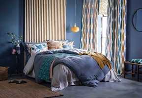 <b>GOD NATT:</b> Mørke blåfarger er populært på soverommet. Det er behagelig, beroligende og gir god søvn. Kombinert med tekstiler i gult og guloransje, som disse fra Scion/Intag, skapes et harmonisk og fint interiør.