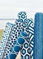 Med tekstiler i mange ulike mønster har du nesten ubegrenset med muligheter. Puter, gardiner, duker, trekk til stoler - det meste går an! Her er Calypso fra Thibaut, som føres av INTAG.