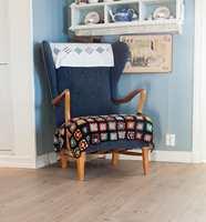 <b>PUST I BAKKEN:</b> Å ha gode lenestoler på kjøkkenet hører med. – Vi får mye besøk her på gården. Det er godt å sette seg i en stol som har levd lenge, sier Lise Beate.