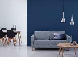 <b>GRÅ SOFA:</b> En blå vegg er fin bakgrunn for en grå sofa. Men test blåfargen mot sofaen din før du bestemmer farge. (Foto: Bohus)