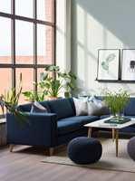 Nå tar vi naturen inn i stuen, og innreder med grønne planter, blader og strå.  Veggen er malt med fargen Nordisk grønn fra Nordsjö og den blå sofaen er fra Bohus.