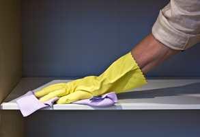 <b>AVSTØV:</b> Bruk en tørr mikrofiberklut til å fjerne slipestøvet. (Foto: Mari Rosenberg/ifi.no)