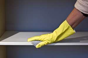 <b>SLIP:</b> Mattslip flatene med en slipepad for god vedheft. (Foto: Mari Rosenberg/ifi.no)