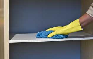 <b>FORARBEID:</b> Rengjør med et rengjøringsmiddel beregnet for bruk før maling. (Foto: Mari Rosenberg/ifi.no)