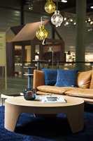 På Oslo Design Fair kombinerte Bonytt blått med gyldent lær, lyst treverk og farget glass.