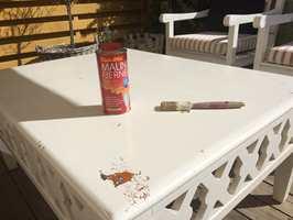 Det er ikke slik at når et møbel er malt, så er det malt for alltid. Det finnes malingfjernere som effektivt fjerner gamle malinglag uten å skade treverket. Se hvordan dette hvitmalte bordet fikk tilbake sin opprinnelige bordplate.