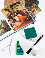 Utstyret: Fine bilder, runde stykker av hard papp eller gamle glassunderlag av papp, saks, lakk, pensel og Casco RX Aqua.