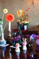 BORDPYNT: Ingen bordplate er naken, her er små og store stilleben av loppefunn og arvet nips.