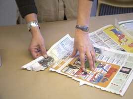 Riv papiret i fillestykker og legg dem dett i tett og med noe overlapp til du har dekket hele flaten i tillegg til bordkantene. Du kan også klippe papiret i stykker, men de ujevne kantene blir veldig dekorative på bordflaten.
