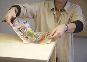 Påfør et lag tapetlim over hele overflaten og på kantene. Bruk pensel eller en liten malerrull. Før du legger på papiret