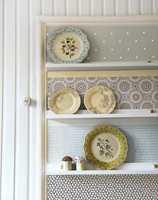 Lagringsplass får man aldri for mye av, og med noen enkle grep har du laget både en dekorativ og pen vegghylle. Tapetdekoren er lett å skifte ut etter sesong eller humør.
