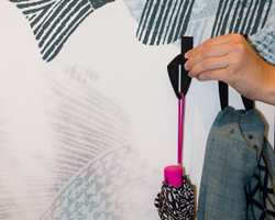 En liten remse med borrelås kan fungere som knagg.