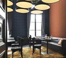 Når hotellene skal skape en hjemmekoselig atmosfære bruker de tapet på veggene. Her er det brukt en skinnimitasjon med svært naturtro stikninger, fra Borge. Kolleksjonen heter Cosmopolitan.
