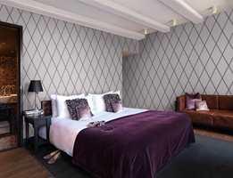 Tapet på alle fire vegger er et fint virkemiddel på dette soverommet. Tapetet er fra Cosmpolitan/Borge.