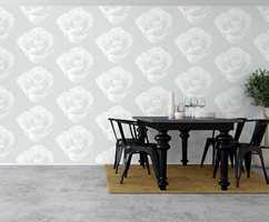 Flere hvite roser på veggen. Hvorfor ikke?