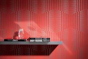 Med rød tapet og stripeeffekter blir man lagt merke til uansett rom. Kolleksjonen heter Inspire og er fra Borge