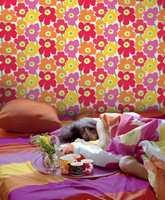 Glade Marimekko-blomster er et fargerikt alternativ på tenåringsrommet.