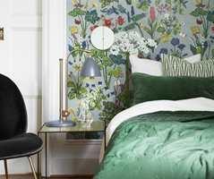 «Aurora» gjør seg på soverommet, synes Torkildsby. Den grå bunnfargen roer ned inntrykket. Med en gardin fra tak til gulv i en av rødfargene blir det i følge henne perfekt.